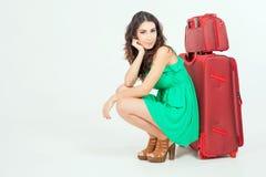Ładna młoda kobieta czeka twój lota samolot z dużym bagażem obrazy stock