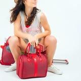 Ładna młoda kobieta czeka twój lota samolot z dużym bagażem zdjęcie stock
