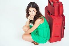 Ładna młoda kobieta czeka twój lota samolot z dużym bagażem fotografia royalty free