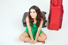 Ładna młoda kobieta czeka twój lota samolot z dużym bagażem obraz stock