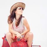 Ładna młoda kobieta czeka twój lota samolot z dużym bagażem zdjęcie royalty free