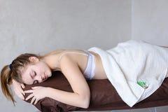 Ładna młoda kobieta dostaje siłę po kosmetycznych procedur i l zdjęcie royalty free