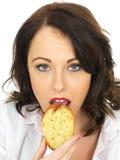 Ładna młoda kobieta Je plasterek czosnku chleb Obraz Royalty Free