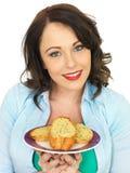 Ładna młoda kobieta Je plasterek czosnku chleb Zdjęcie Royalty Free