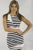 Ładna młoda kobieta jest pasiastym przypadkowym suknią Fotografia Stock