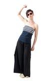 Ładna młoda kobieta jest ubranym okulary przeciwsłonecznych z nastroszoną ręką i zaciskającą pięścią Obrazy Stock