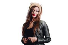 Ładna młoda kobieta jest ubranym rękę dział beżowego kapelusz na białym tle odosobniony Piękna dziewczyna wewnątrz z ucho łopotem Fotografia Stock