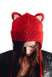 Ładna młoda kobieta jest ubranym rękę dział czerwonego kapelusz na białym tle odosobniony Piękna dziewczyna wewnątrz z ucho łopot Obraz Stock