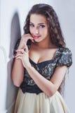 Ładna młoda kobieta patrzeje kamerę Obrazy Royalty Free