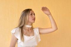 Ładna młoda kobieta pozuje dla obrazka obrazy royalty free
