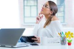 Ładna młoda kobieta pracuje w jej biurze Fotografia Stock
