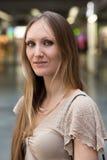 Ładna młoda kobieta przy pociąg pasażerski stacją Fotografia Royalty Free