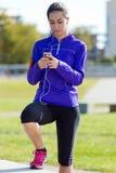Ładna młoda kobieta słucha muzyka po biegać Zdjęcia Stock