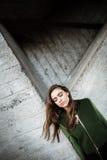 Ładna młoda kobieta stoi outdoors i pozuje zamknięte oczy Fotografia Royalty Free