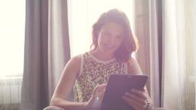 Ładna młoda kobieta używa pastylka komputer osobistego zbiory wideo