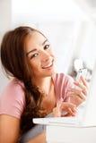Ładna młoda kobieta używa telefon komórkowy Zdjęcie Stock