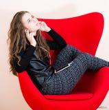 Ładna młoda kobieta używa telefon komórkowy Fotografia Royalty Free