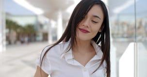 Ładna młoda kobieta w białym lato wierzchołku zbiory