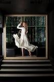 Ładna młoda kobieta w biel sukni - noc klub obraz stock