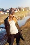 Ładna młoda kobieta w ciąży pozycja rzeką Obrazy Stock