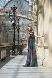 Ładna młoda kobieta w modnego flatteru przejrzystym przylądku Zdjęcie Stock