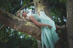 Ładna młoda kobieta w romantycznym smokingowym kłamstwie na drzewnym letnim dniu Obrazy Stock