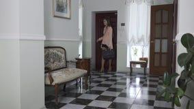 Ładna młoda kobieta wchodzić do dom, zdejmuje buty i rzuca one daleko od, Zmęczony dziewczyna plecy dom pi?kny wn?trze zbiory
