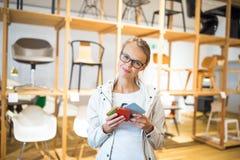 Ładna młoda kobieta wybiera materiał, kolor dla jej mo prawych/ Obrazy Stock