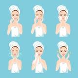 Ładna młoda kobieta z ręcznikiem wokoło jej głowy i ciało usuwamy makijaż, myjemy jej twarz z gąbką i dbamy, czystego, Zdjęcia Royalty Free