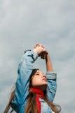 Ładna młoda kobieta z rękami podnosić Zdjęcia Stock