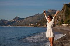Ładna młoda kobieta z rękami podnosić zdjęcia royalty free