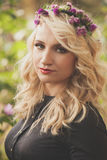 Ładna młoda kobieta z wiankiem kwiaty w włosianym portrecie przewyższa Zdjęcie Royalty Free