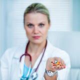 Ładna Młoda kobiety lekarka Pokazuje garść lekarstwo Obrazy Royalty Free