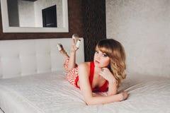Ładna młoda piękna dziewczyna w czerwonej sukni Zdjęcia Stock