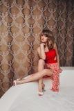 Ładna młoda piękna dziewczyna w czerwonej sukni Zdjęcie Stock