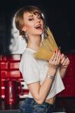 Ładna młoda piękna dziewczyna z makaronem wewnątrz Zdjęcia Stock