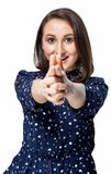 Ładna młoda szczęśliwa uśmiechnięta dziewczyna robi armatniemu gestowi i wskazuje przy kamerą fotografia stock