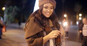 Ładna młodej kobiety odświętność z sparkler zbiory wideo