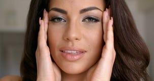Ładna młodej kobiety twarz z rękami na stronach zbiory wideo