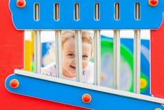 Ładna mała dziewczynka bawić się plenerowego na letnim dniu obrazy stock