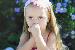 Ładna mała dziewczynka blisko barwi Fotografia Royalty Free