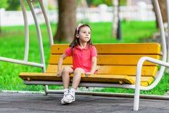 Ładna mała dziewczynka na huśtawkowej ławce Obrazy Royalty Free