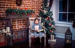 Ładna mała dziewczynka ono uśmiecha się z misiem blisko Fotografia Royalty Free