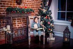 Ładna mała dziewczynka ono uśmiecha się z misiem blisko Obrazy Royalty Free