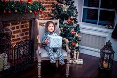 Ładna mała dziewczynka ono uśmiecha się z misiem blisko Fotografia Stock