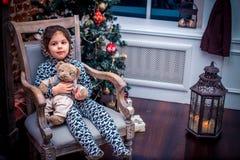 Ładna mała dziewczynka ono uśmiecha się z misiem blisko Obrazy Stock