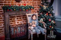 Ładna mała dziewczynka ono uśmiecha się z misiem blisko Obraz Stock