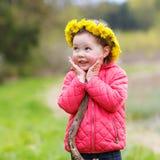 Ładna mała dziewczynka relaksuje przy piękna lata krajobrazu tłem Obrazy Royalty Free