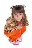 Ładna mała dziewczynka siedzi na podłoga zdjęcie stock