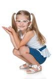Ładna mała dziewczynka siedzi na podłoga obrazy stock